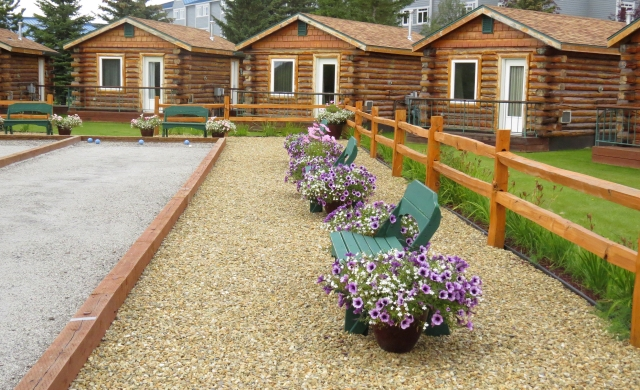 Some of the cabins at Pikes Waterfront Lodge